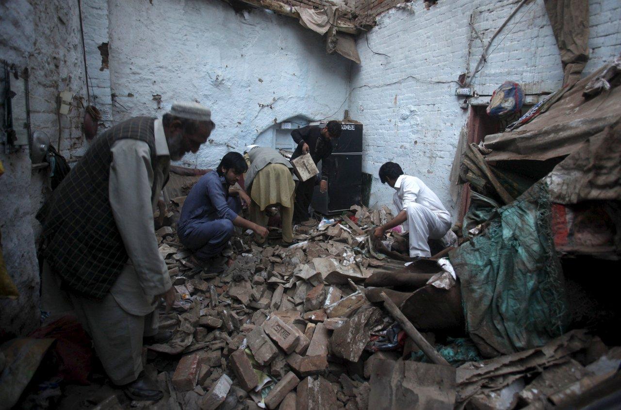 2015-10-26T144548Z_2130384681_GF20000033794_RTRMADP_3_EARTHQUAKE-AFGHANISTAN